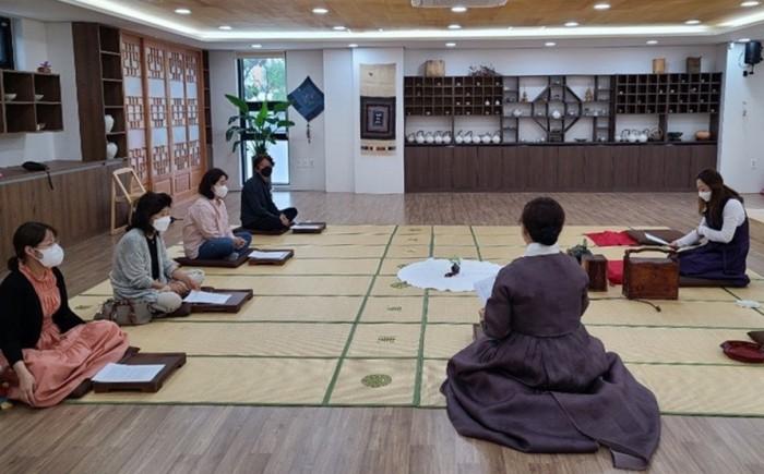 사진1.모명재 한국전통문화체험관에서 수강생들이 생활방역 수칙을 준수하며 차 제조와 행다례 수업.jpg