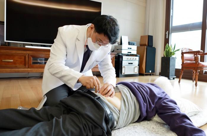 [사진설명] 자생의료재단 신민식 사회공헌위원장이 승병일 애국지사에게 침치료를 실시하고 있다.JPG