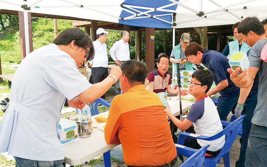 지난 19일 전북 모악산에서 열린 '금연실천, 비만예방 건강캠페인'에서 전주시한의사회 회원들이 침 시술을 하고 있다.