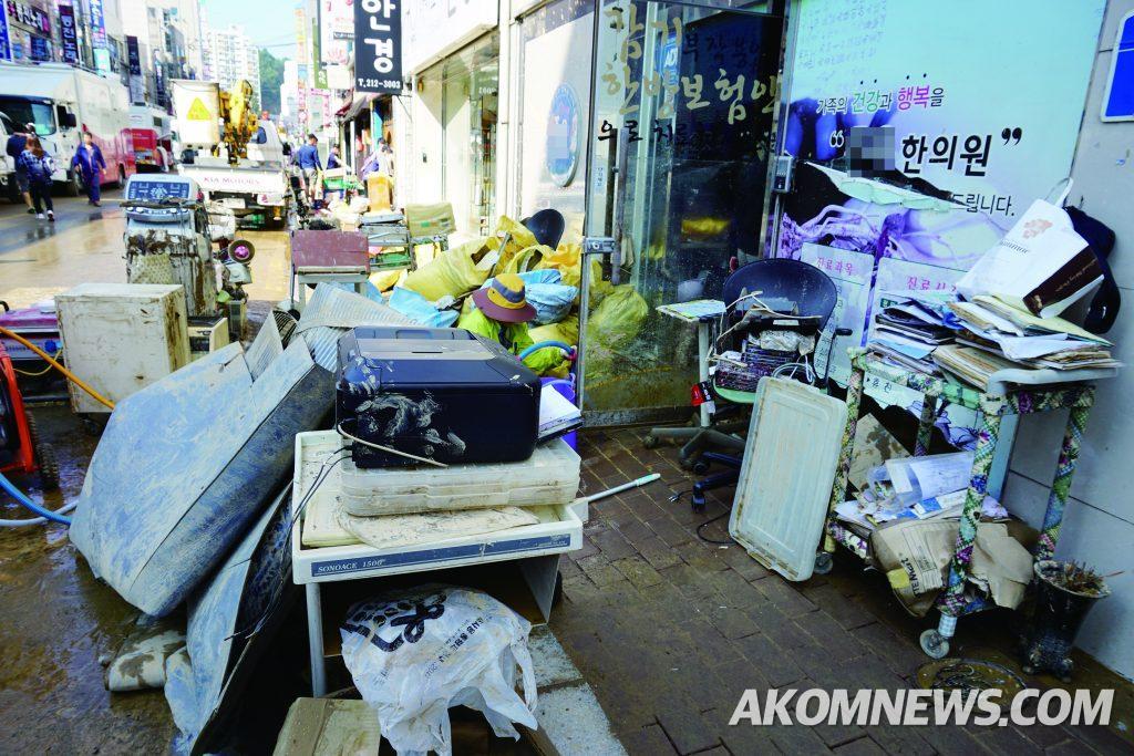 태풍 차바 폭우로 인해 한의원이 잠겨, 각종 집기 등이 길가에 널려져 있는 모습.
