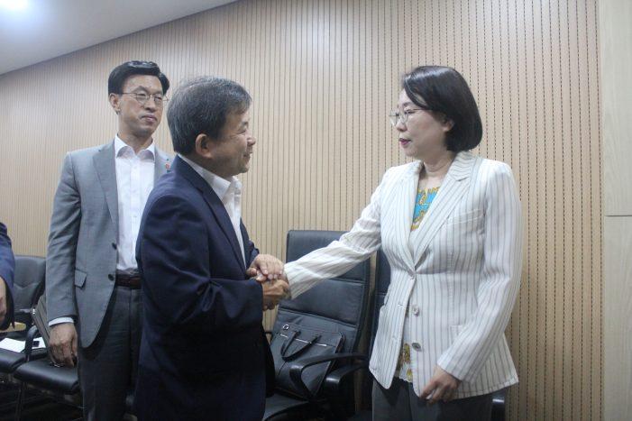 김필건 회장이 수가협상장을 방문, 장미승 건보공단 급여상임이사와 인사를 나누고 있다.