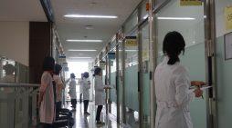부산대 한의전 학생들이 지난 7일 한의전 2층 문제해결학습(PLB)실에서 임상실습시험을 보기 위해 대기하고 있다.