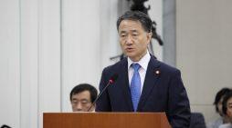 박능후 보건복지부 장관이 16일 서울 국회에서 열린 보건복지위원회 전체회의에서 업무보고를 하고 있다.