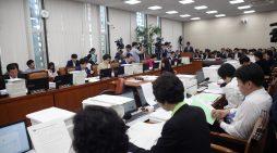 보건복지위원회 전체회의가 16일 서울 국회에서 열려 보건복지부, 식품의약안전처, 질병관리본부 등 소관부처로부터 업무보고를 받고있다.