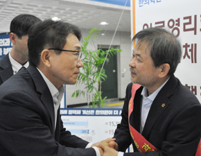 """단식장 찾은 권덕철 차관 """"노인정액제, 10월 건정심서 처리"""" 약속"""