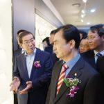 지난달 27일 (왼쪽부터)박원순 서울시장과 안규백 더불어민주당 의원이 서울한방진흥센터 내부를 둘러보고 있다.