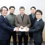 지난 11일 한의협회관 중회의실에서 최혁용 회장이 홍주의 회장 직무대행으로부터 인수인계서를 전달받고 있다.