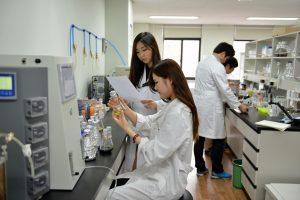 연구센터에서 실험을 하고 있는 연구원