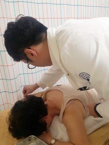 [사진설명] 자생한방병원 의료진이 지난 7일 논현노인종합복지관에서 한 노인에게 침치료를 실시하고 있다