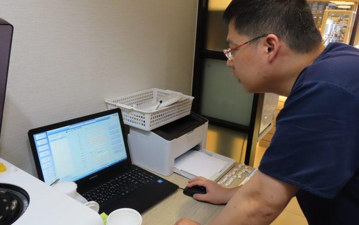 혁액검사기를 통해 나온 혈액 데이터를 김가람 원장이 분석하고 있다.
